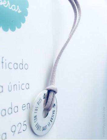 regalo original para maestras colgante plata donut con dedicatoria. Muchos colores a elegir el cordón