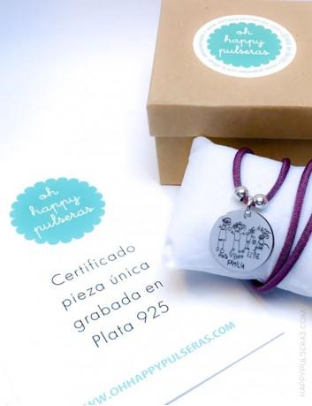 regalo original collar con medalla de plata y dibujo de niño grabado en collar. Color mora