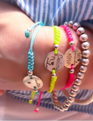 pulseras en color flúor ideales para el verano con medalla personalizada