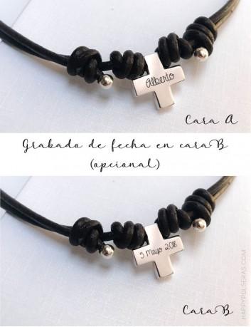 collar corto para niños de primera comunión con cruz de plata grabada con el nombre y fecha por detrás.