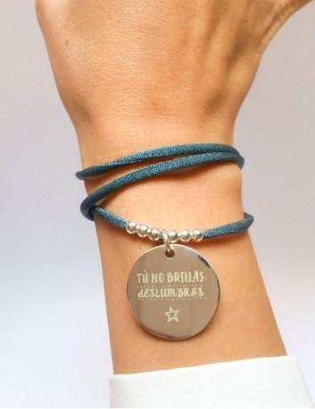 Pulsera cordón elástico seda con medalla plata grabada con foto e imagen de archivo. Una cara o dos caras