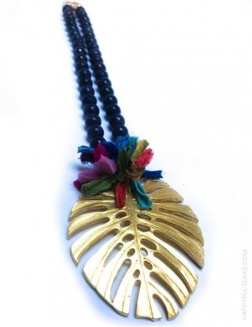 jewelry online madrid collar piedras naturales ónix y ágata, con hoja de palma dorada y pompón de seda de colores.