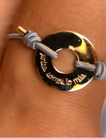 pulsera cordón elástico gris con donut dorado grabado texto, una o ambas caras