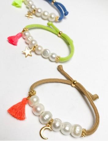 pulsera elástico grueso en camel, pistacho o azuló con perlas y luna o estrella dorada. A elegir abalorio y color.