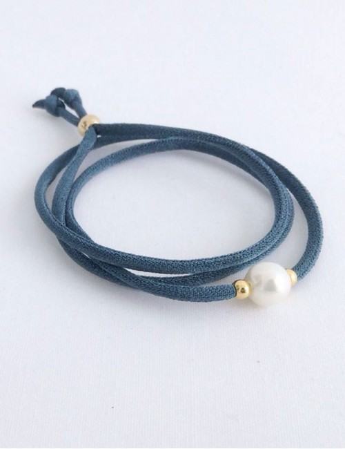 pulsera cordón seda en varios colores con perla y fornituras en baño oro. Lo puedes poner como colgante o como pulsera.