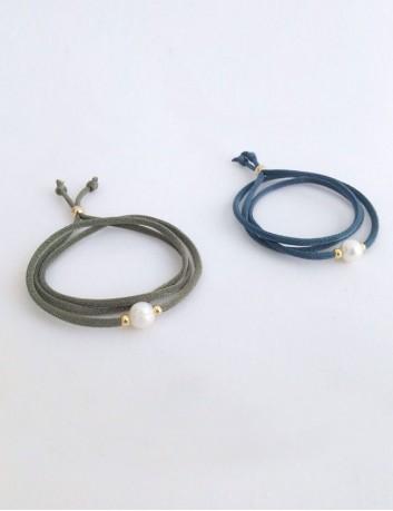 pulsera cordón seda en verde olivo con perla y fornituras en baño oro. Lo puedes poner como colgante o como pulsera