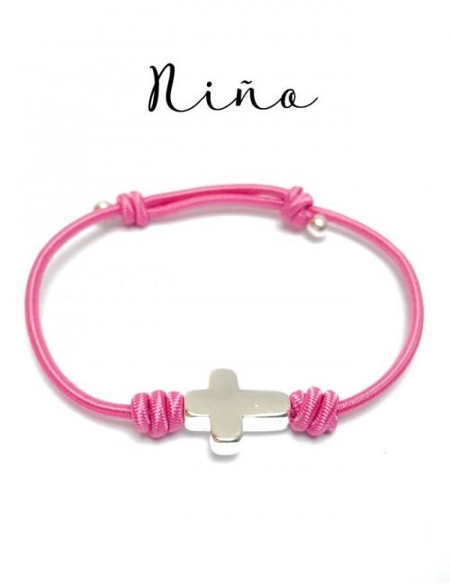 pulsera de elástico en color rosa fresa para niña con cruz baño de plata, ajustable. Ideal para comunión.
