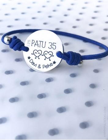 Pulsera personalizada de plata grabada la medalla de 20 mm. a elegir el color del elástico. Azul eléctrico.