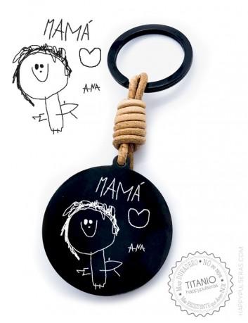grabamos en la medalla del llavero el dibujo de tu hijo que nos envíes. Acero negro y cuero natural de 40 mm.