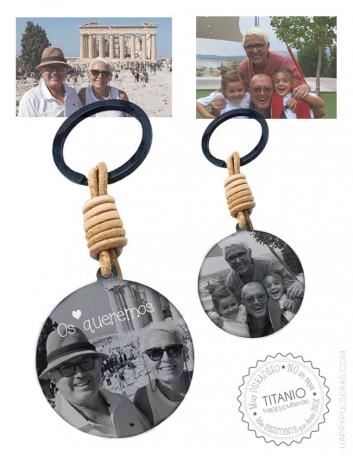 llavero de cuero y medalla titanio negro personalizado grabado con dos fotos, una en cada cara, 40 mm.