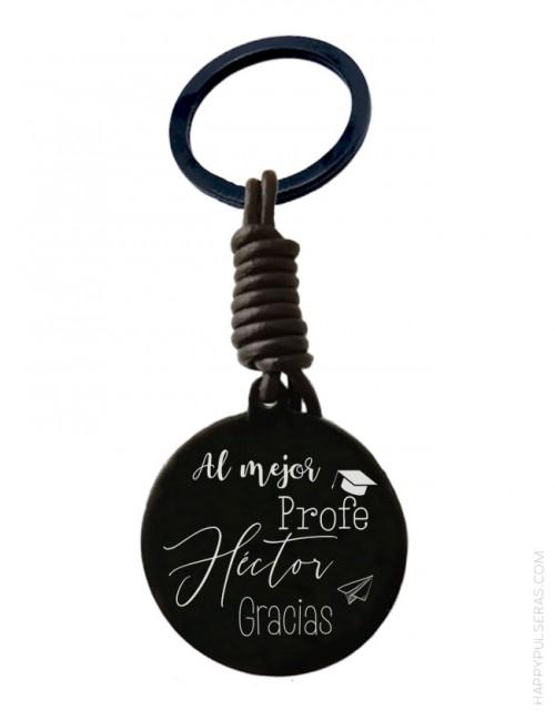 Llavero personalizado de titanio negro y cuero grabado con dedicatoria con forma