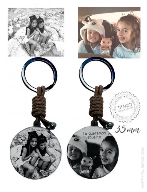 llavero de titanio negro personalizado grabado con dos fotos, una a cada lado. Color marrón, 35 mm. Happypulseras.com