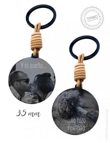 llavero de titanio negro personalizado grabado con dos fotos, una a cada lado. Cuero natural, 35 mm. Happypulseras.com