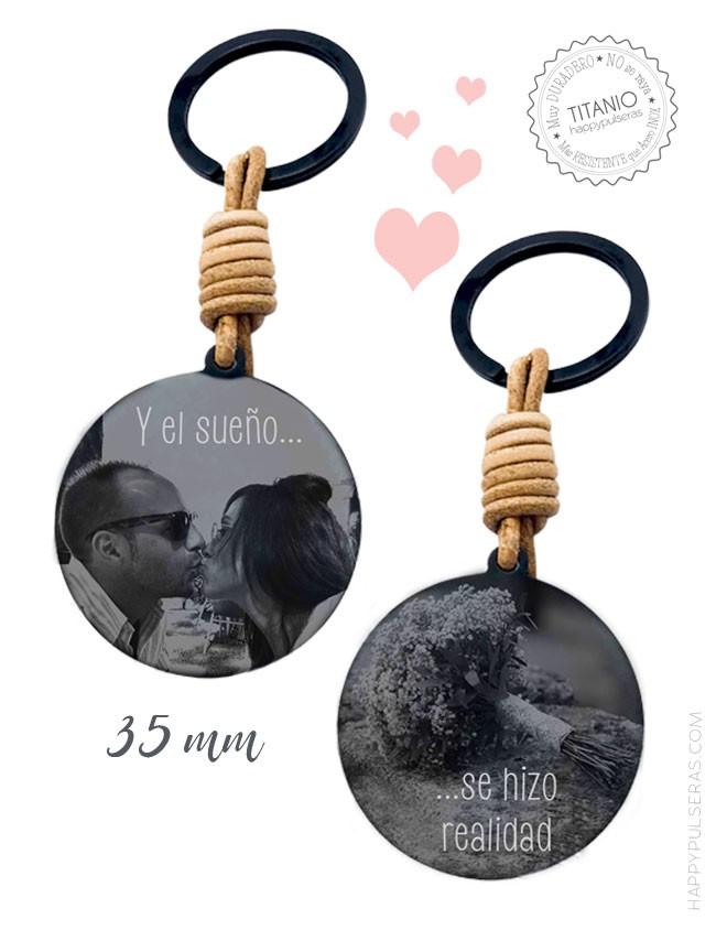 Graba tus fotos favoritas de pareja en uno de nuestros llaveros. Fotograbados ideales. Happypulseras.com