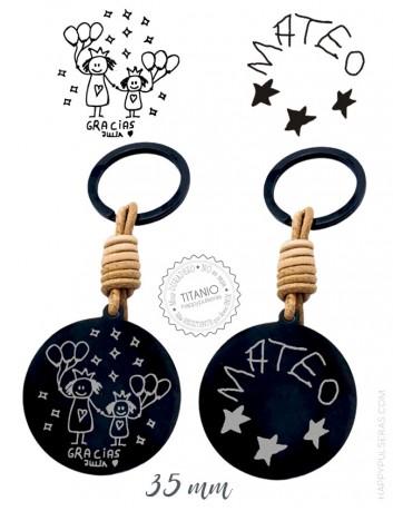 Llavero personalizado con dos dibujos. Fotos personalizadas sobre llaveros. Joyería online de regalos personalizados.