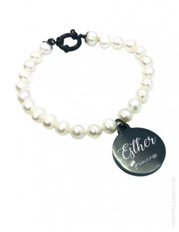 Pulsera perlas con medalla para grabar tu dedicatoria. Pulsera clásica para regalar a tus seres queridos