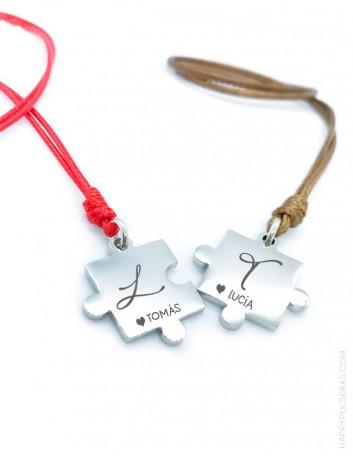 Colgantes con iniciales ideales para ir a juego con tu pareja. elige el color del cordón. Grabado gratis, envíos rápidos.