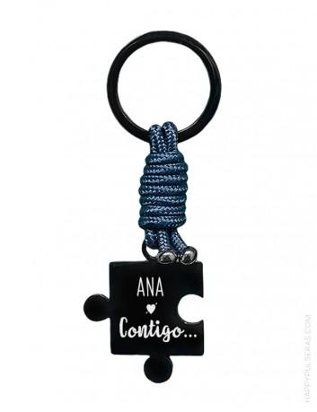 llavero de titanio en forma de puzzle donde podrás grabar la dedicatoria que quieras- Azul marino. happypulseras.com