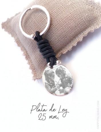 llavero personalizado de plata y cuero en color marrón chocolate grabado con una foto. Happypulseras Madrid.