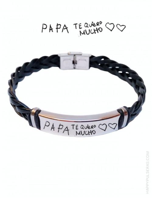 Regala a papi esta pulsera de cuero trenzado negro y medalla grabada con un escrito de tu hijo. Una pasada. happypulseras