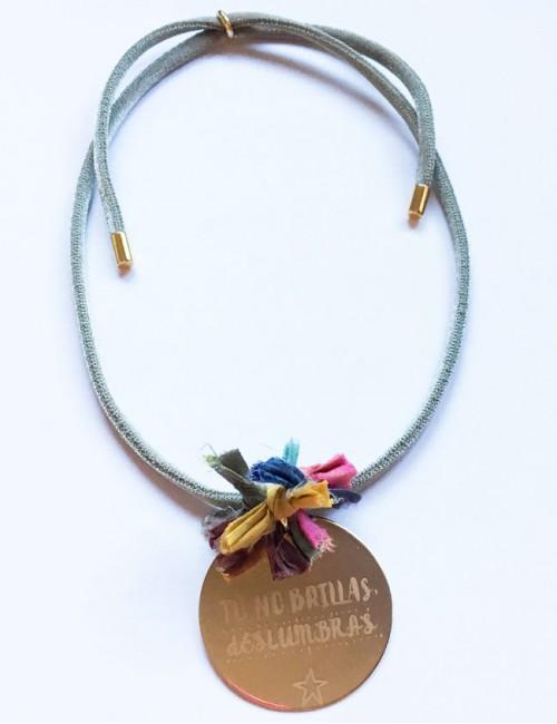 Collar personalizado para mamá con pompón de colores, ideal en Happypulseras.com