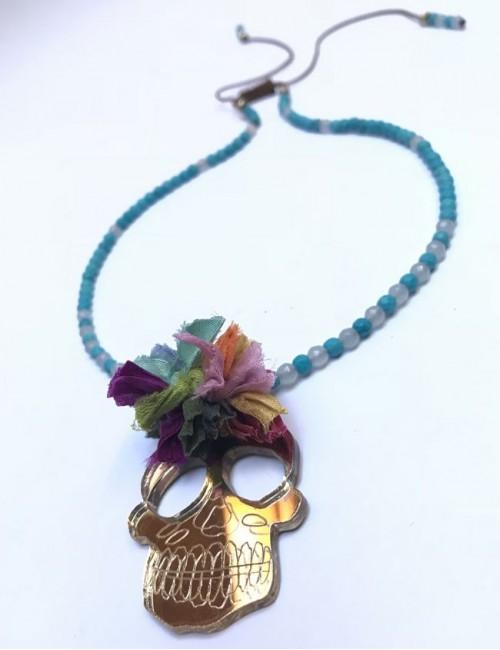 collar corto con calavera en color dorado efecto espejo, también disponible en color plata.