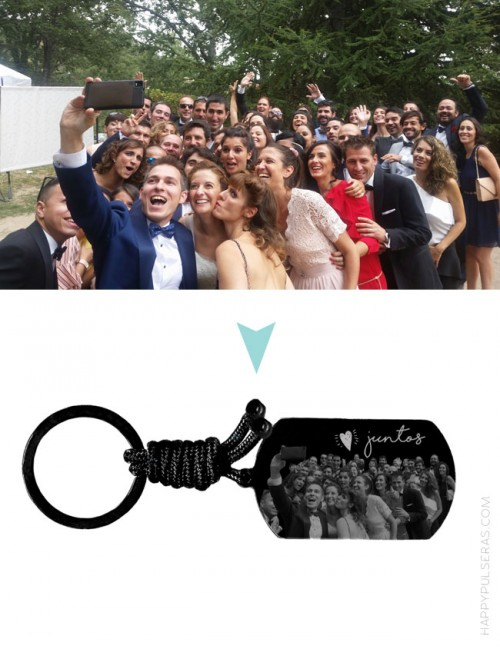 Happypulseras graba las fotos de grupo sobre las medallas de sus llaveros- Recuerdos inolvidables