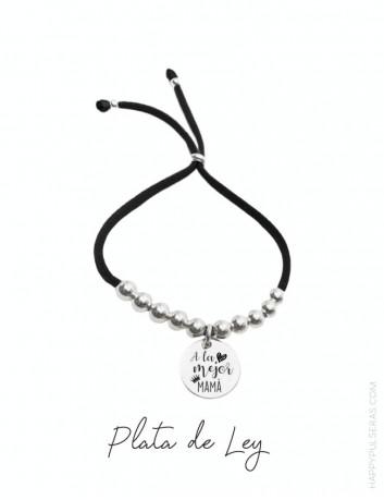 Pulsera de plata personalizada para mamá con medalla y cordón elástico. Happypulseras.com