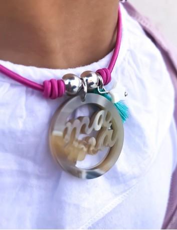 Regala a mamá este colgante precioso y elige el color del elástico que más te guste. HAPPYPULSERAS.COM