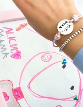 Pulsera medalla de plata con elástico de colores con dibujo o escrito a mano grabado para mamá. Happypulseras.