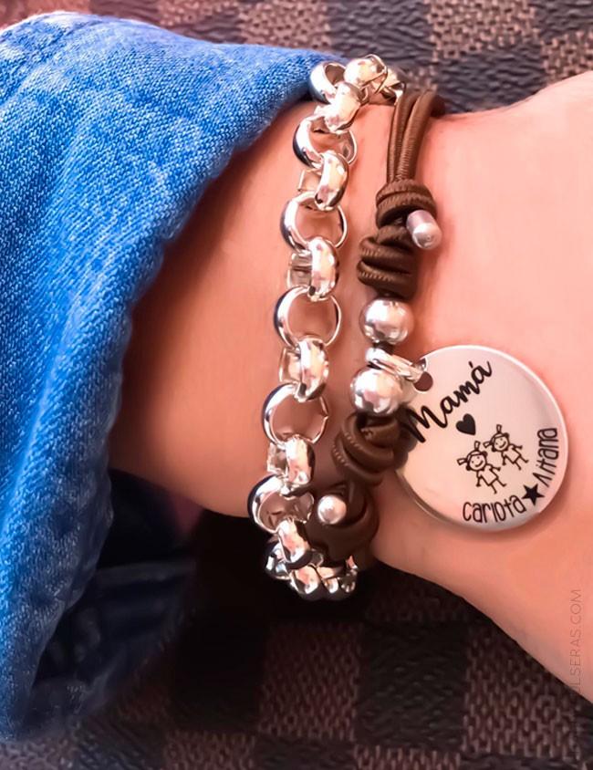 Pulsera para regalar a mami con medalla personalizada grabada con dedicatoria con diseño. happypulseras