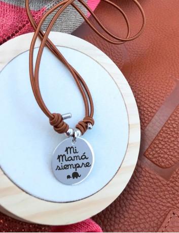 Colgante de plata para mamá personalizada con su dedicatoria. Happypulseras.