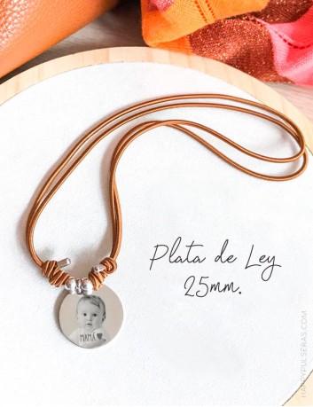 Collar gargantilla con medalla de plata grabada con foto, ideal para regalar a mami. Happypulseras.com