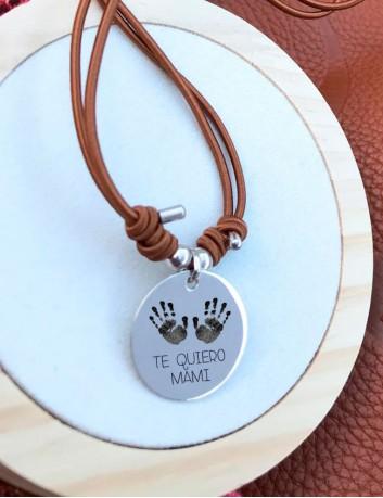 Grabamos las huellas de pies o manos sobre medallas de plata o acero. Regalos personalizado mami. Happypulseras.com