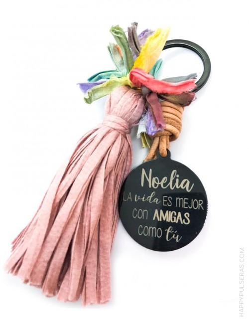 Llavero pompón de colores con medalla de titanio grabada con dedicatoria diseñada por Happypulseras.
