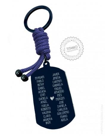 Los nombres de los alumnos grabados en el placa del llavero- Happypulseras