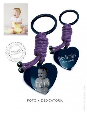 Llavero de titanio negro en forma de corazón personalizado con una foto y una dedicatoria con diseño. Happypulseras.com
