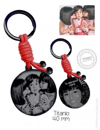 Llavero de titanio negro personalizado grabado con dos fotos, una a cada lado. Color rojo, 40 mm. Happypulseras
