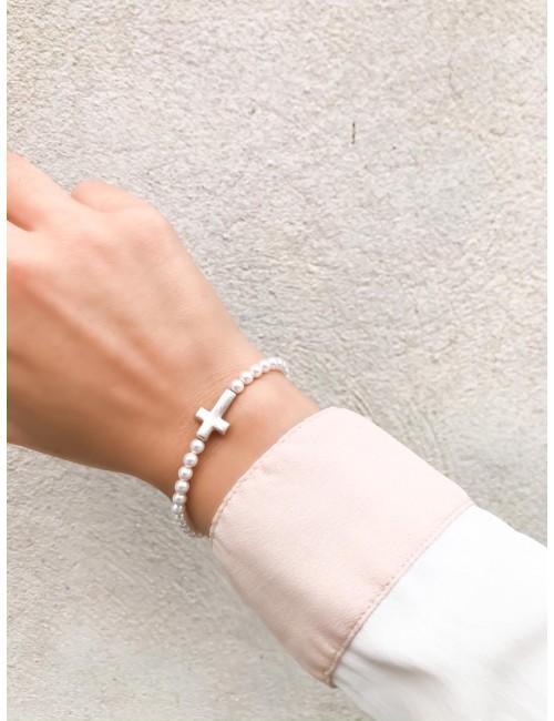Pulsera de mini perlitas con cruz de plata que puedes personalizar. Happypulseras.