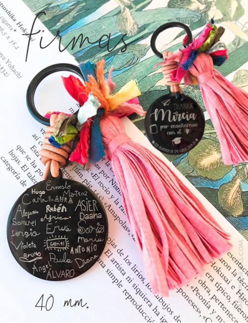 Llavero pompón con medalla de titanio 40 mm grabada con firmas o nombres escritos a mano. Happypulseras.com