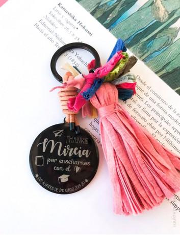 Llaveros con medalla negra y pompones de colores a elegir el grabado y el color, Happypulseras.