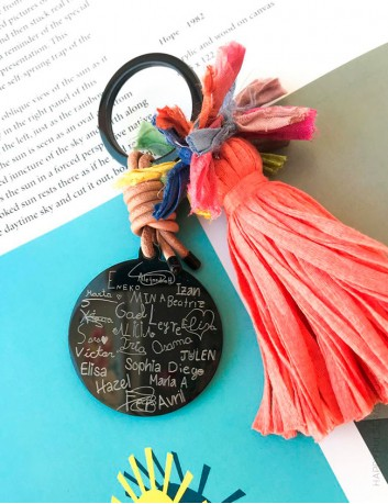 Regalos originales para profesores, una dedicatoria para el maestro y nombres de los niños de la clase. Happypulseras.