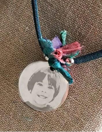 Collar de plata de ley con medalla grabada con tu foto favorita. Happypulseras.