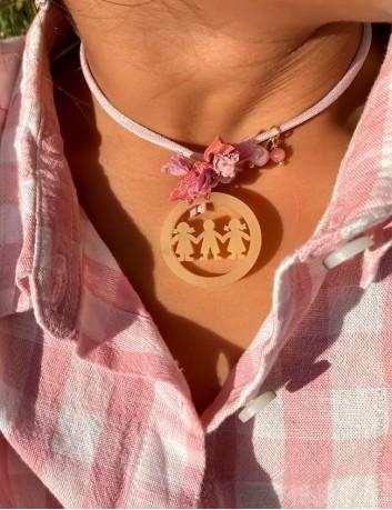 Collar en cordón seda rosa palo con medalla redonda y muñecos huecos, te lo personalizamos- Happypulseras