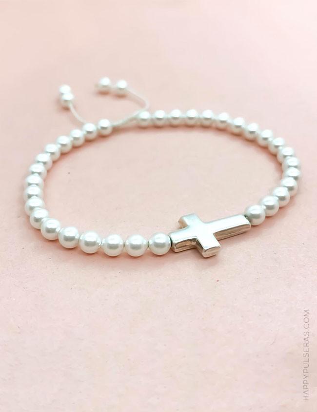 Pulsera perlas con mini cruz de plata que puedes personalizar con tu nombre en happypulseras