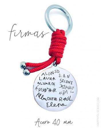 Grabamos los nombres escritos a mano tal cual sobre la medalla del llavero de acero. Happypulseras