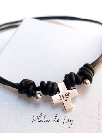 Cruz de plata grabada con su nombre para primera comunión con cordón de cuero nudos corredizos