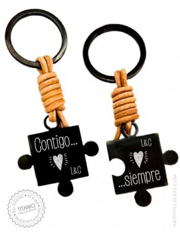 Un llavero personalizado original con piezas de puzzle de acero negro y cuero con el grabado GRATIS. OFERTA en Happypulseras