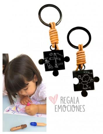 Ideas de regalos para abuelos, dos llaveros en pieza de puzzle personalizados con dibujos de los nietos ★abuelos