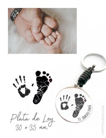 llavero de plata y cuero con huellas de niños para regalar a papá. happypulseras.com